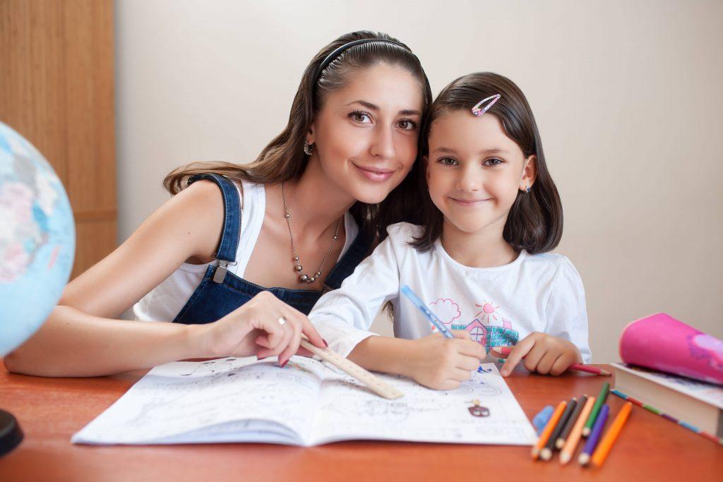 funciones-de-una-niñera-ayudar-con-los-deberes