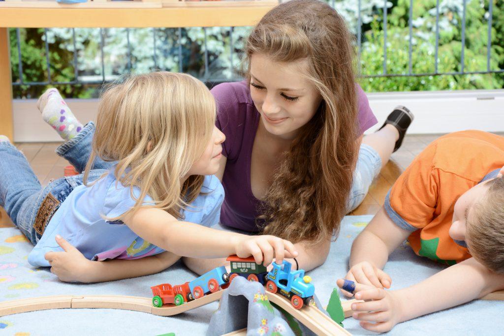 funciones-de-una-niñera-canguro-jugando-con-niños
